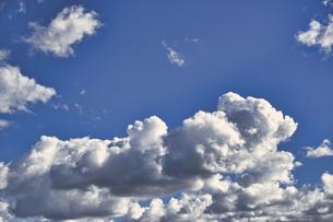 青空に浮かぶ白い雲の写真素材 [FYI04765442]