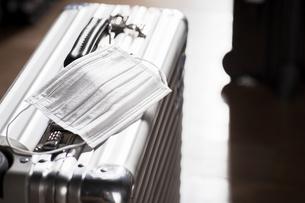 ますくとスーツケースの写真素材 [FYI04765637]