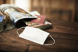 マスクとガイドブックとパスポートの写真素材 [FYI04765647]