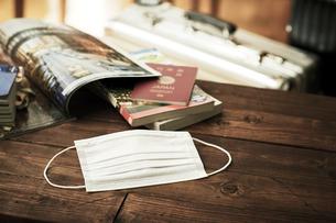 マスクとガイドブックとスーツケースの写真素材 [FYI04765648]