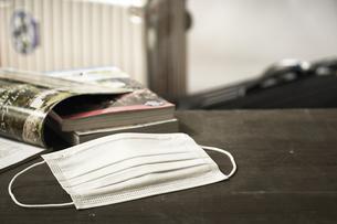 マスクとガイドブックとスーツケースの写真素材 [FYI04765649]