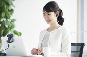ノートパソコンでオンライン会議をする女性の写真素材 [FYI04765852]