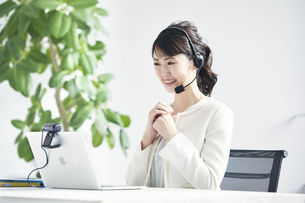 ノートパソコンでオンライン会議をする女性の写真素材 [FYI04765858]