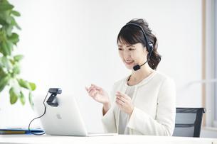ノートパソコンでオンライン会議をする女性の写真素材 [FYI04765864]