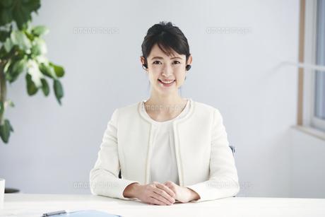 カメラ目線の働く女性の写真素材 [FYI04765865]