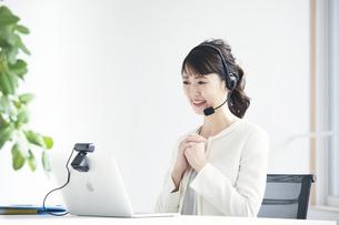 ノートパソコンでオンライン会議をする女性の写真素材 [FYI04765868]