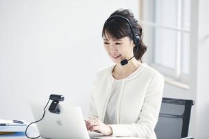 ノートパソコンでオンライン会議をする女性の写真素材 [FYI04765871]