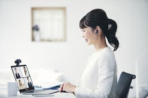 ノートパソコンでオンライン会議をする女性の写真素材 [FYI04765872]
