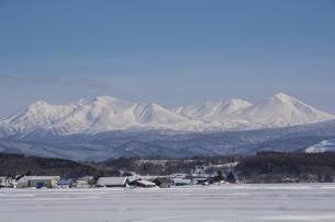 雪の山並みと青空の写真素材 [FYI04766028]