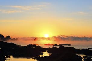 冬の田原海岸 朝日と海霧に漁船の写真素材 [FYI04766056]
