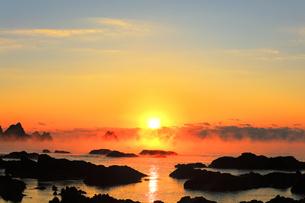 朝日と海霧に小船の写真素材 [FYI04766057]