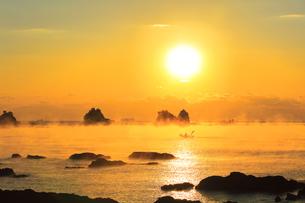 朝日と海霧に漁船の写真素材 [FYI04766059]