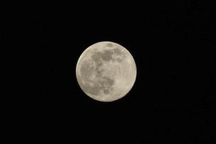 満月の月の写真素材 [FYI04766071]