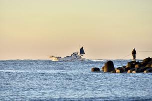 朝日の中漁船が出航する風景の写真素材 [FYI04766073]