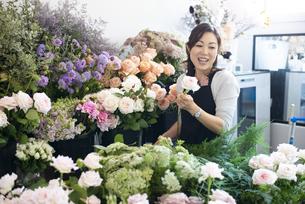 花屋で仕事をしている女性の写真素材 [FYI04766102]
