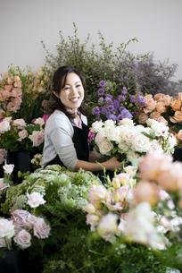 花屋で仕事をしている女性の写真素材 [FYI04766105]