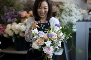 花屋で花束を作っている女性の写真素材 [FYI04766119]