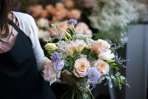 花屋で花束を持っている店員の手元の写真素材 [FYI04766121]