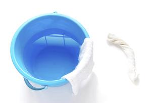 拭き掃除道具 絞った雑巾と雑巾の掛かったバケツの写真素材 [FYI04766247]