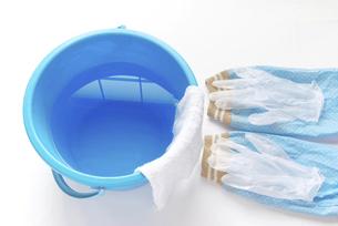 拭き掃除道具 アームカバーとビニール手袋と雑巾の掛かったバケツの写真素材 [FYI04766250]