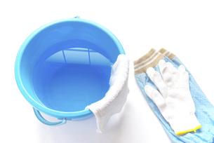 拭き掃除道具 アームカバーと軍手と雑巾の掛かったバケツの写真素材 [FYI04766251]