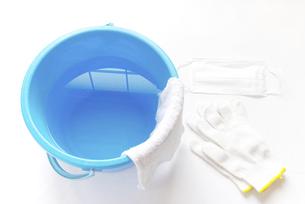 拭き掃除道具 軍手とマスクと雑巾の掛かった青いバケツの写真素材 [FYI04766252]