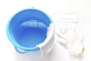 拭き掃除道具 軍手とビニール手袋とマスクと雑巾の掛かったバケツの写真素材 [FYI04766253]