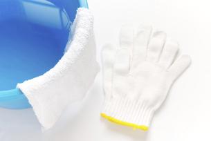 拭き掃除道具 軍手と雑巾の掛かったバケツの写真素材 [FYI04766257]