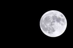 夜空に浮かぶ満月の写真素材 [FYI04766258]