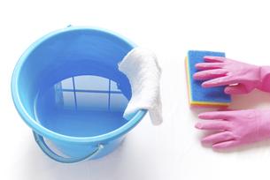 拭き掃除のイメージ ゴム手袋とナイロンクリーナーと雑巾の掛かったバケツの写真素材 [FYI04766266]