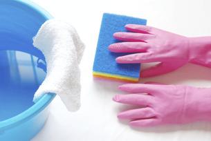 拭き掃除のイメージ ナイロンクリーナーとゴム手袋と雑巾が掛かったバケツの写真素材 [FYI04766267]