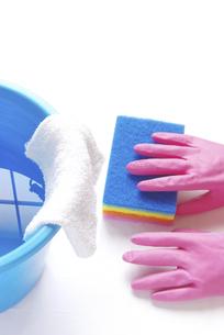 拭き掃除のイメージ ナイロンクリーナーとゴム手袋と雑巾が掛かったバケツの写真素材 [FYI04766268]