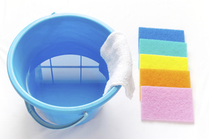 拭き掃除のイメージ カラフルなナイロンクリーナーと雑巾の掛かったバケツの写真素材 [FYI04766269]