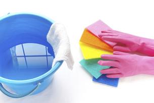 拭き掃除のイメージ ゴム手袋と広げたナイロンクリーナーと雑巾が掛かったバケツの写真素材 [FYI04766271]