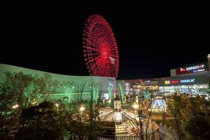 大阪府吹田市のエキスポシティと赤くライトアップされたオオサカホイールの写真素材 [FYI04766280]