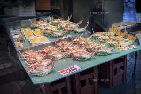年末の大阪黒門市場で売られている祝い鯛と数の子の写真素材 [FYI04766281]