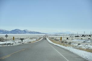 除雪した雪道をドライブの写真素材 [FYI04766488]