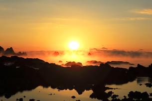 海霧に朝日の写真素材 [FYI04766627]