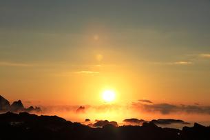 海霧に朝日の写真素材 [FYI04766628]