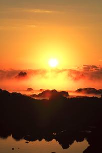 海霧に朝日の写真素材 [FYI04766629]