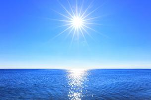 海と空に太陽の写真素材 [FYI04766630]