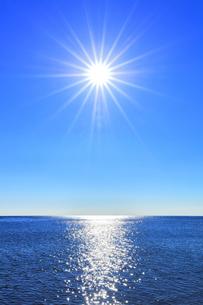 海と空に太陽の写真素材 [FYI04766631]
