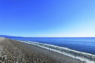 浜辺に寄せる波と快晴の空の写真素材 [FYI04766635]