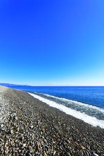 浜辺に寄せる波と快晴の空の写真素材 [FYI04766636]