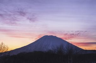 朝焼け空と羊蹄山の写真素材 [FYI04766639]