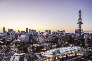 オアシス21水の宇宙船越しに名古屋テレビ塔を見る夕景の写真素材 [FYI04766703]