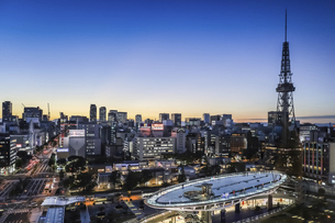 オアシス21水の宇宙船越しに名古屋テレビ塔を見る夕景の写真素材 [FYI04766704]