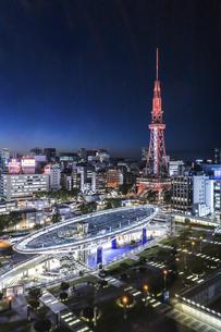 オアシス21水の宇宙船越しに名古屋テレビ塔を見る夜景の写真素材 [FYI04766709]