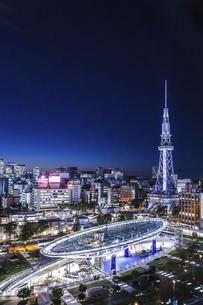 オアシス21水の宇宙船越しに名古屋テレビ塔を見る夜景の写真素材 [FYI04766710]