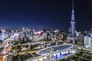 オアシス21水の宇宙船越しに名古屋テレビ塔を見る夜景の写真素材 [FYI04766711]